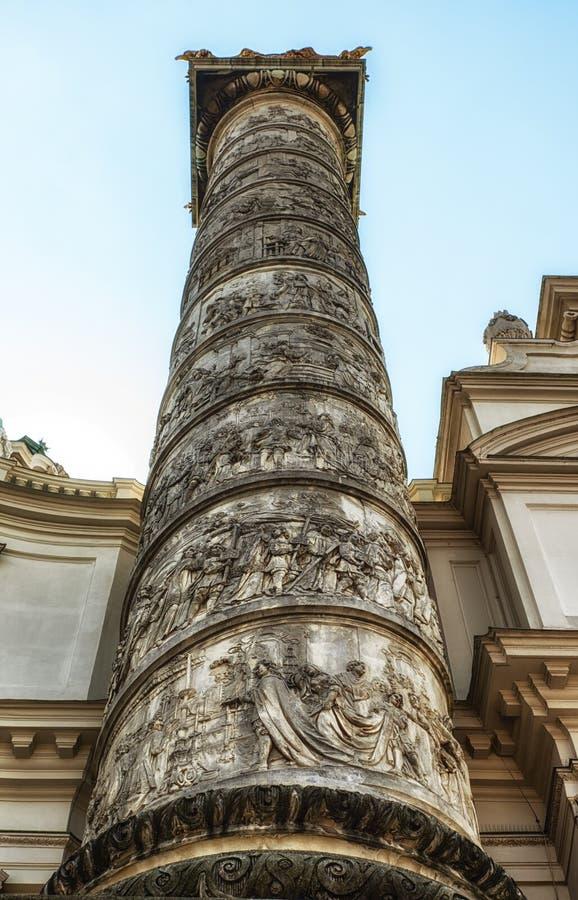 Een Kolom van Karlskirche, St Charles Church, in Wenen, Oostenrijk stock foto's