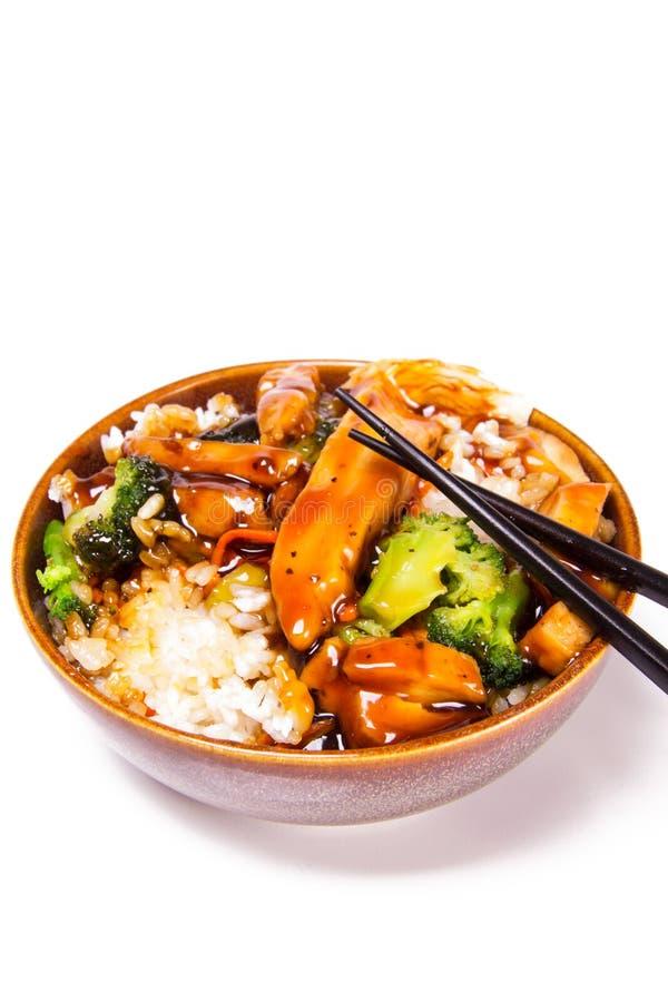 Een kom kip Teriyaki met groenten en rijst wordt versierd die Witte achtergrond, tekstruimte royalty-vrije stock foto's