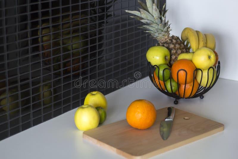 Een kom met vruchten op lijst in de keuken stock fotografie