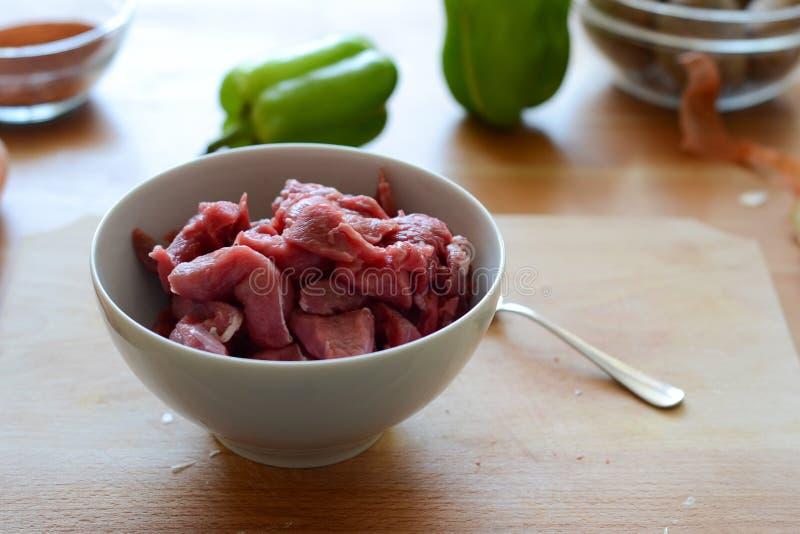Een kom ruw vlees stock foto's