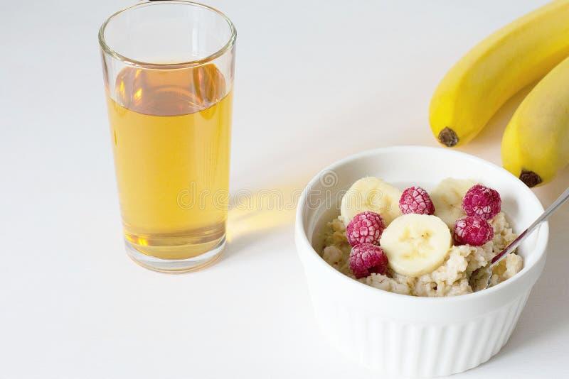Een kom van havermeel op een witte achtergrond Gezond Ontbijt stock foto