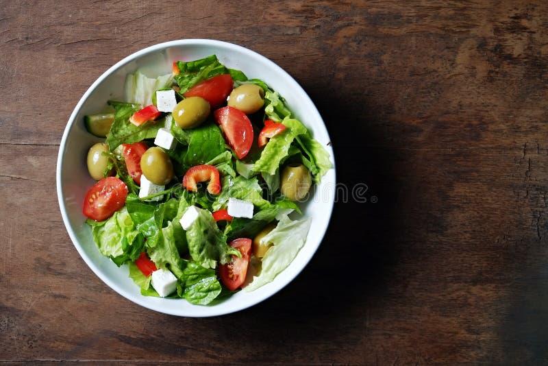Een kom vers gemaakte Griekse salade met organische ingrediënten royalty-vrije stock foto