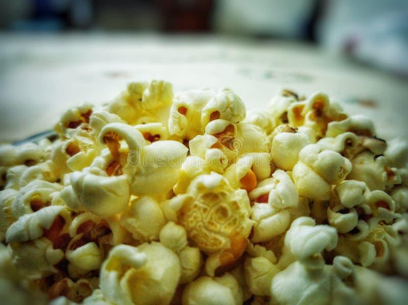Een komhoogtepunt van popcorn Een zeer gemeenschappelijke en wijd gegeten snack royalty-vrije stock afbeeldingen