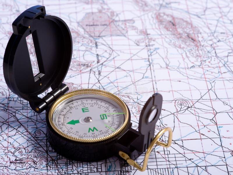 Een kompas op een kaart stock foto