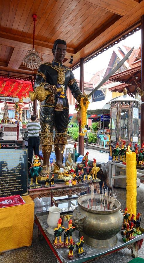 Een Koningsstandbeeld in Bangkok, Thailand stock afbeelding