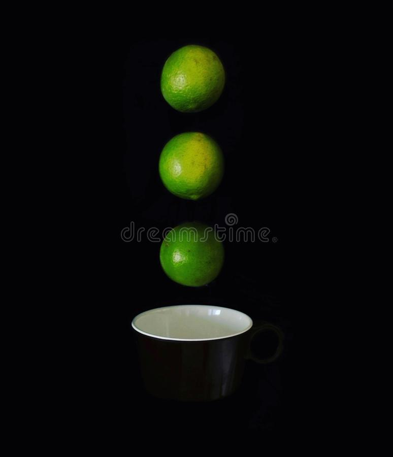 Een kop en citroencreativiteit stock afbeeldingen