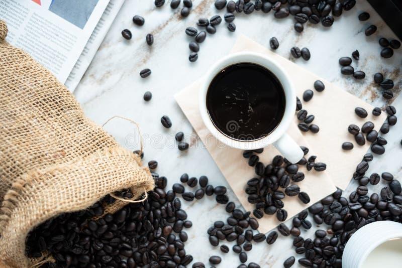 Een kop koffie en koffiebonen royalty-vrije stock afbeelding