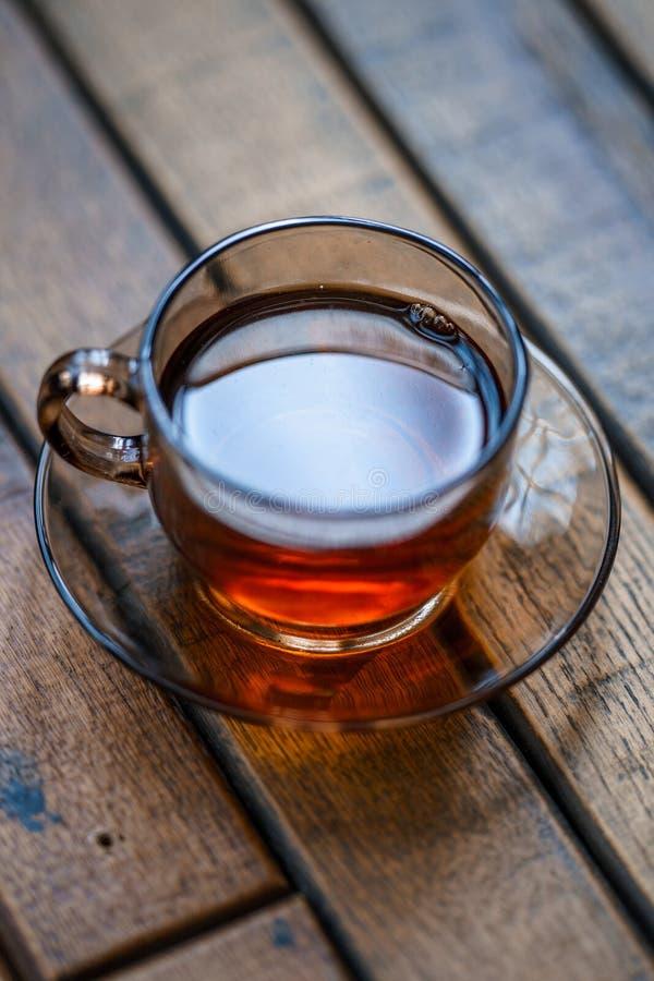 Een Kop thee die zich op de lijst tijdens Ontbijt bevinden stock afbeeldingen