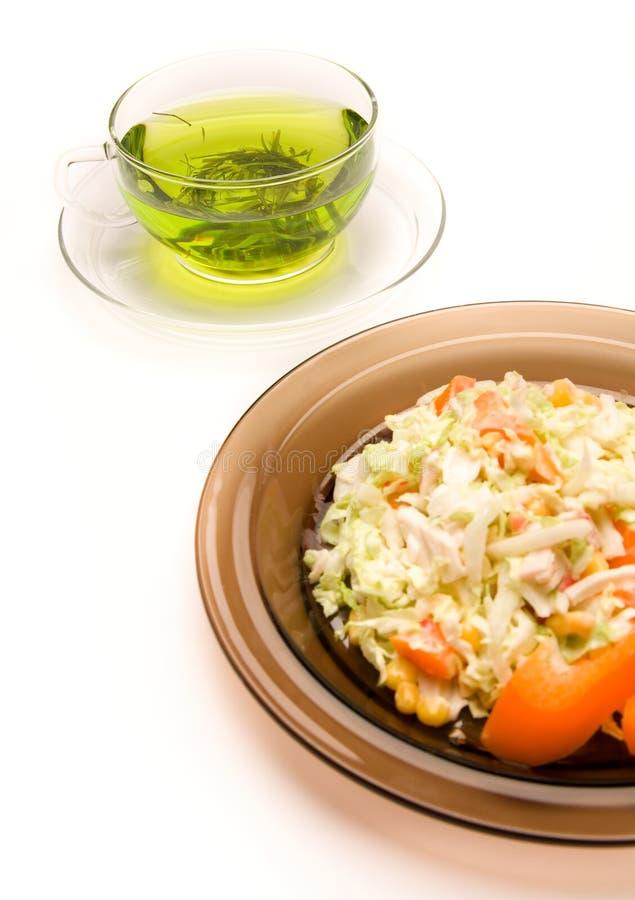 Een kop thee en een plaat van salat royalty-vrije stock afbeelding