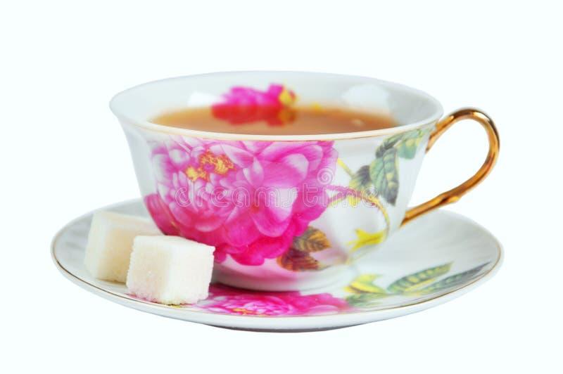 Een kop thee en een suiker afzonderlijk stock afbeeldingen