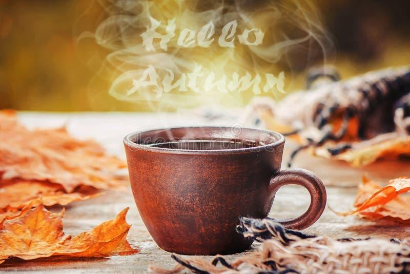 Een kop thee Hello, de Herfst Selectieve nadruk royalty-vrije stock foto's