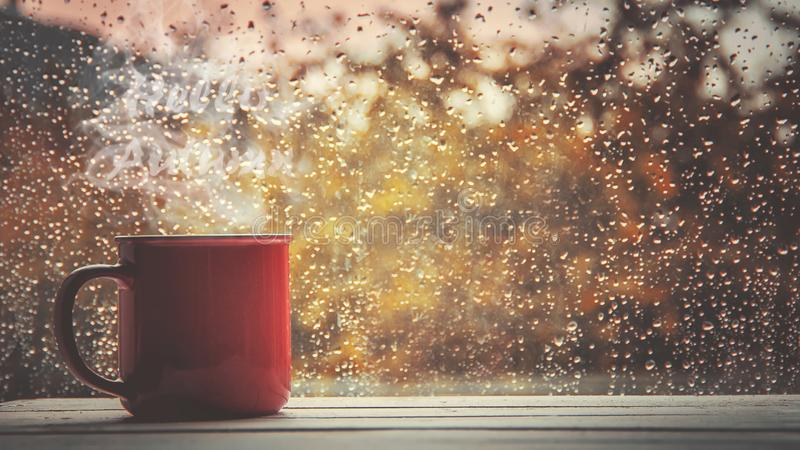 Een kop thee Hello, de Herfst Selectieve nadruk stock foto