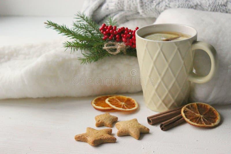 Een Kop thee met citroen op het lijstclose-up door Kerstmisdecoratie en eigengemaakte cakes wordt omringd die royalty-vrije stock fotografie