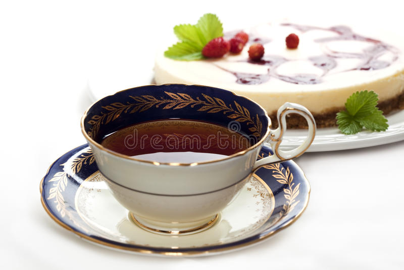 Een kop thee met kaastaart stock foto's