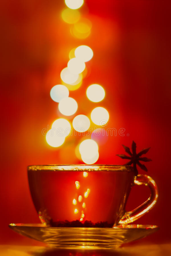 Een kop thee met kruiden op smaak dat wordt gebracht dat royalty-vrije stock afbeeldingen