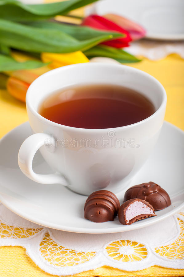 Een Kop thee met Suikergoed van de Paasei het Gevormde Chocolade stock fotografie