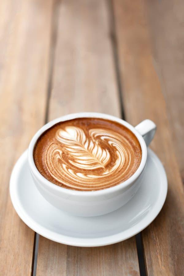 Een kop van cappuccino met latteart. royalty-vrije stock afbeeldingen
