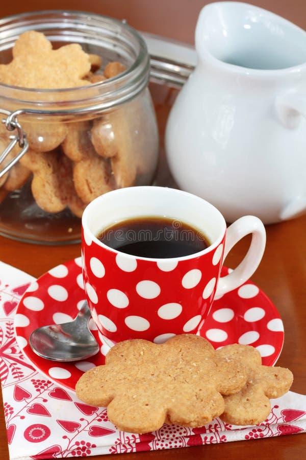 Een kop van espresso met boterkoekjes stock afbeeldingen