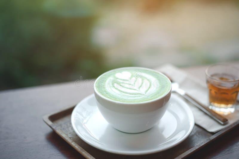 Een kop van groene theematcha latte stock afbeelding