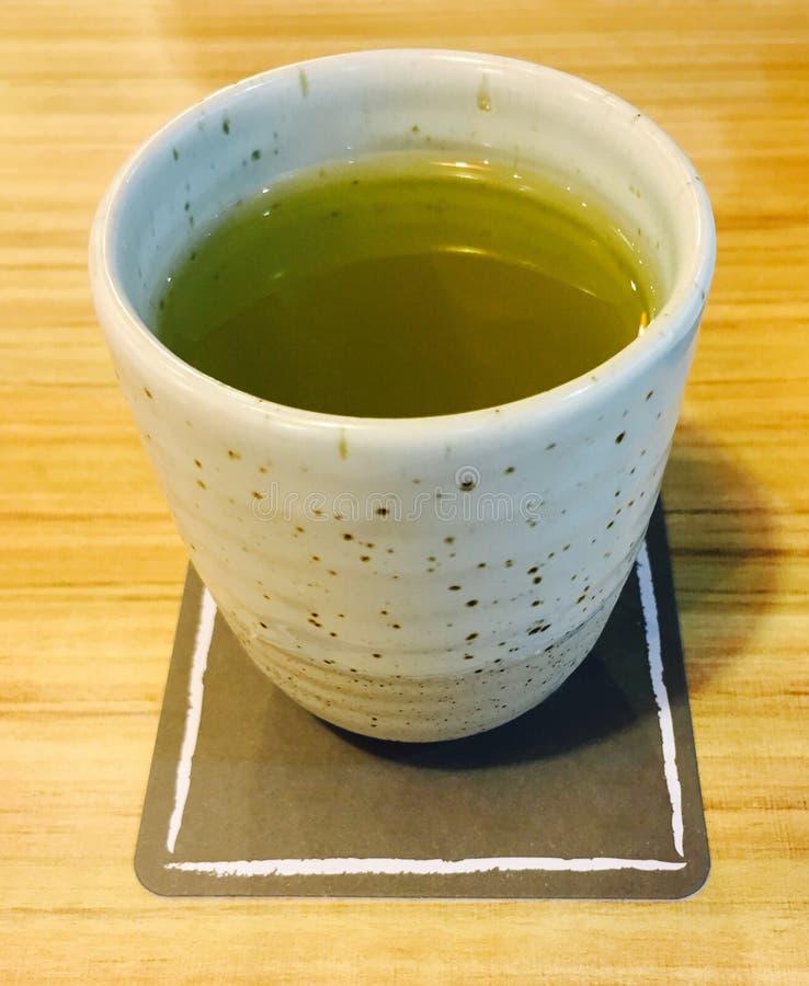 Een kop van hete groene thee stock afbeelding