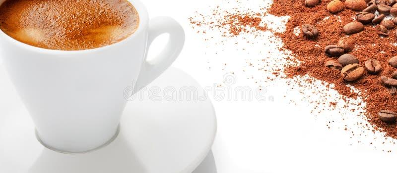 Een kop van hete koffie met koffiebonen op een witte achtergrond stock foto's
