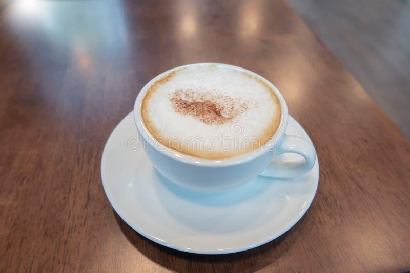 Een kop van hete koffie wodden lijst stock foto's