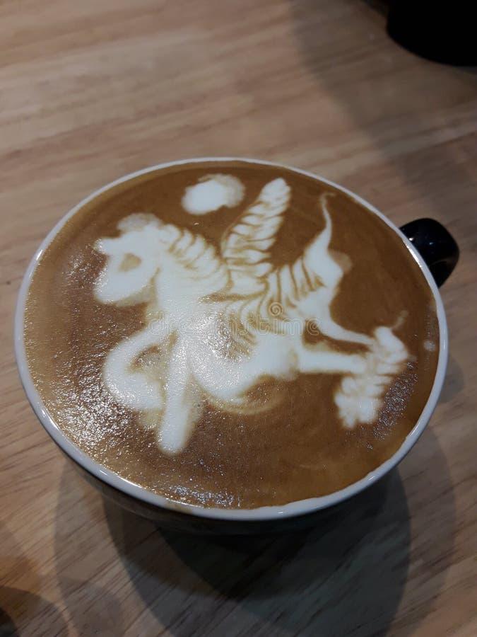 Een kop van hete recente koffie op een houten lijst stock foto