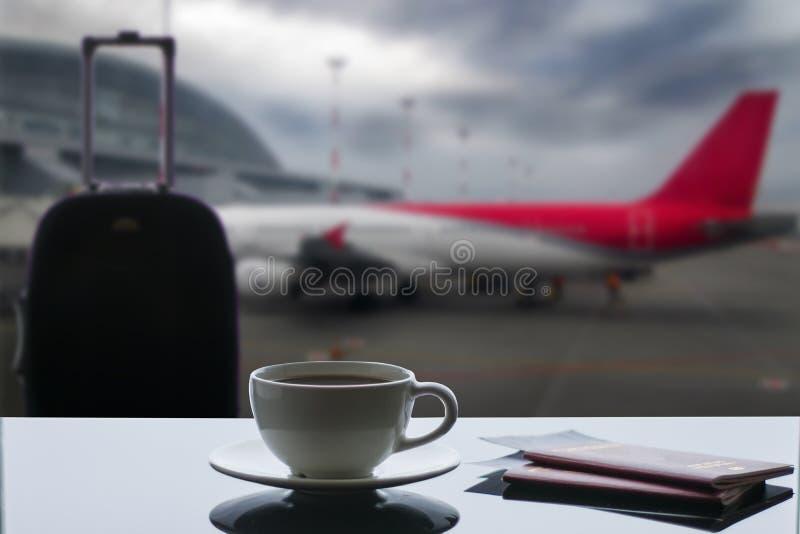 Een kop van koffie bij de luchthaven royalty-vrije stock foto