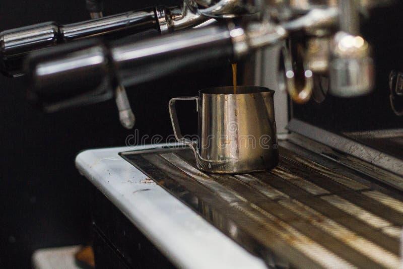 Een Kop van koffie in de koffiemachine royalty-vrije stock foto's