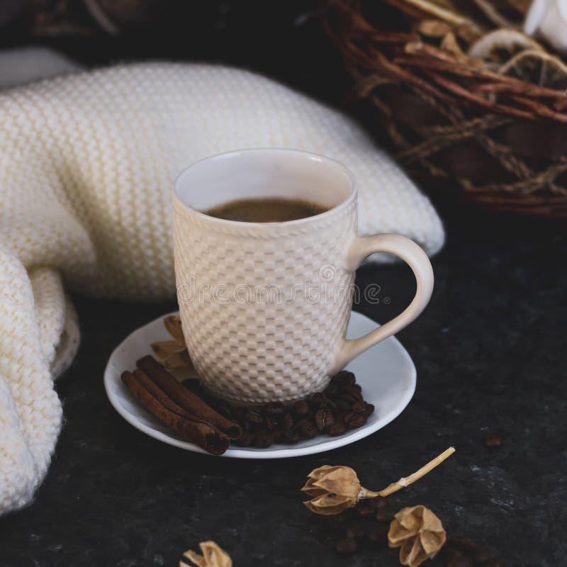 Een kop van koffie is de sleutel aan een goede stemming Houten smiley op een donkere, zwarte, weefselachtergrond Op de lijst is e royalty-vrije stock afbeeldingen
