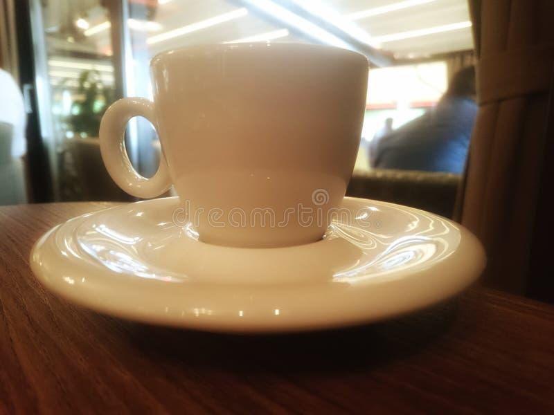 Een kop van koffie in het restaurant, op de lijst stock afbeelding