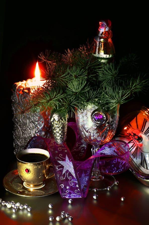 Een kop van koffie in Kerstmissamenstelling stock foto's
