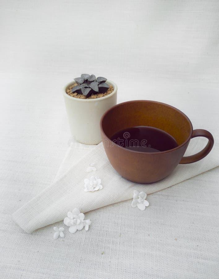 Een kop van koffie met ceramische bloemdecoratie, steunen royalty-vrije stock fotografie