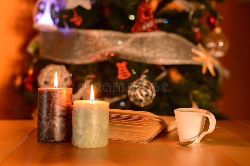 Een kop van koffie met licht van kaarsen royalty-vrije stock foto