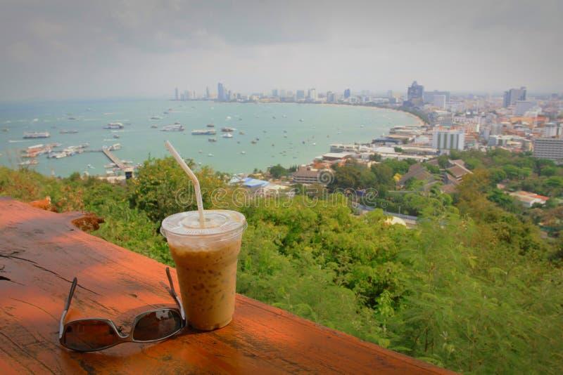 Een kop van koffie met Pattaya-strandmening in zonnig stock fotografie