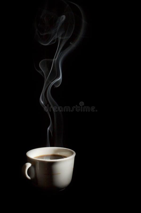 Een kop van koffie met rook stock foto's