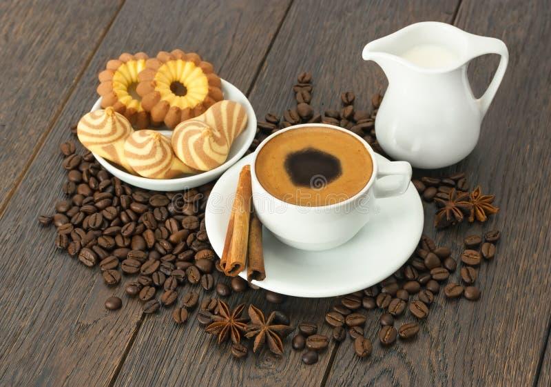 Een Kop van koffie met verse koekjes royalty-vrije stock foto's