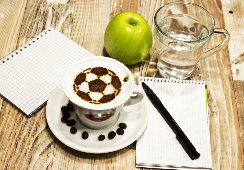 Een kop van koffie met voetbalbal royalty-vrije stock foto's