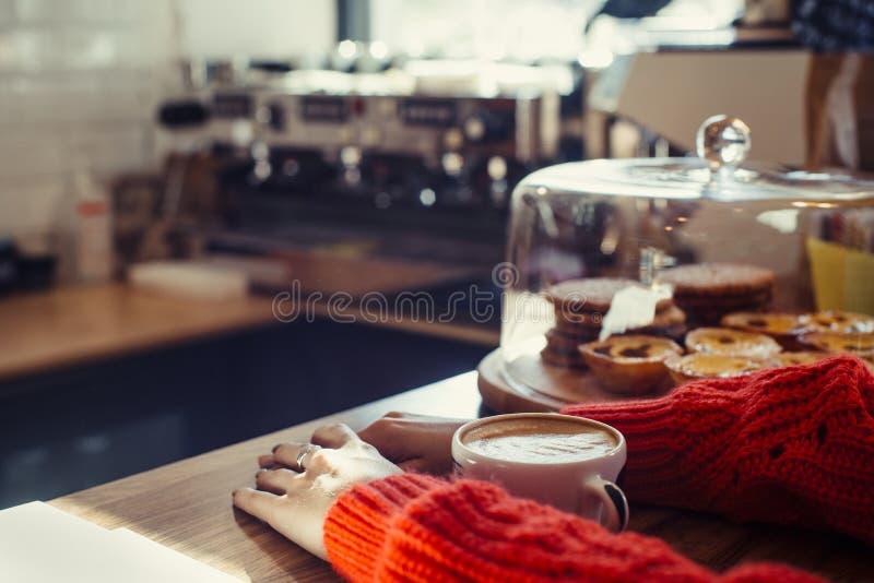 Een kop van koffie op de lijst royalty-vrije stock afbeeldingen