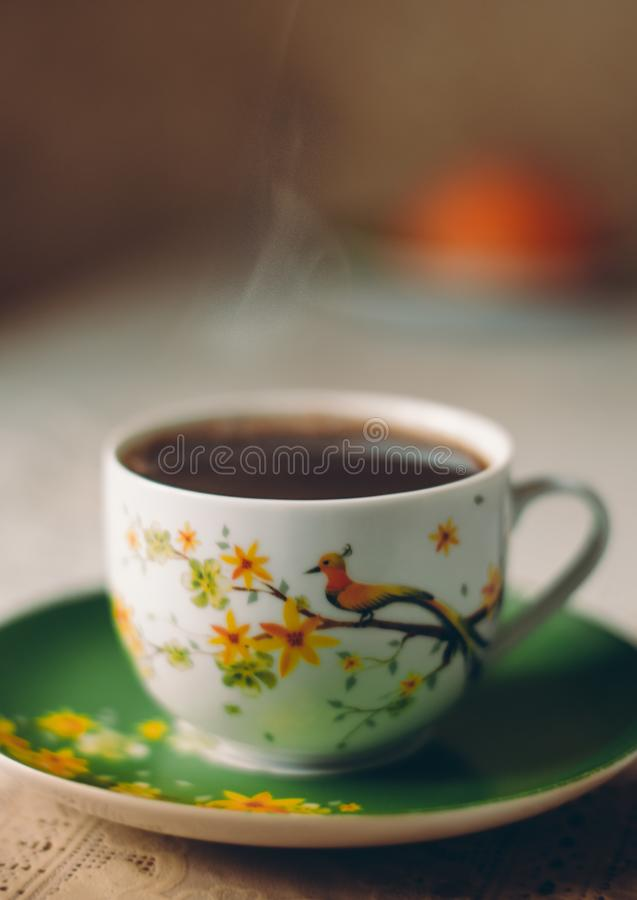 Een kop van koffie op de lijst bij de keuken stock afbeelding
