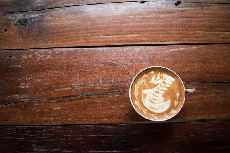 Een kop van koffie op de oude houten lijst koffiewinkel, Thailand stock fotografie