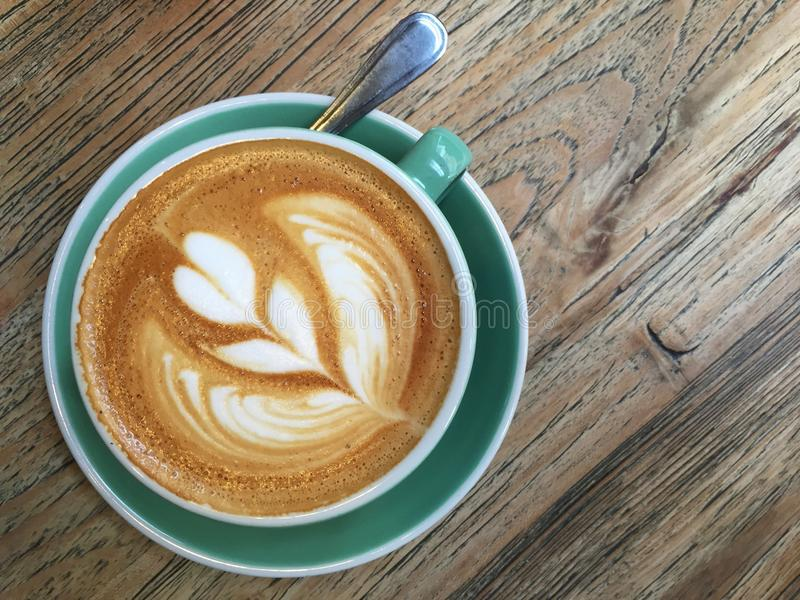 Een kop van koffie op houten lijst stock afbeeldingen