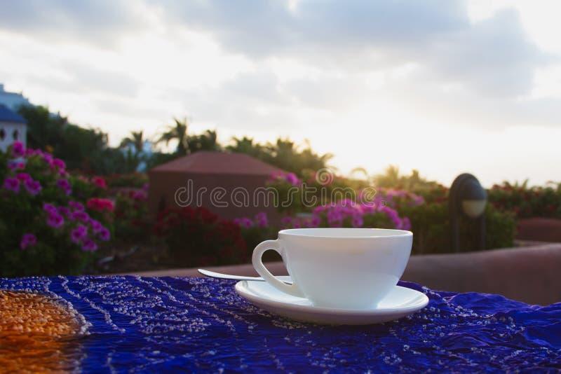 Een kop van koffie op een lijstterras van hotel, Mening, vroege ochtend royalty-vrije stock foto's