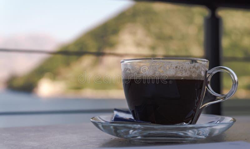 Een kop van koffie in een restaurant stock afbeelding