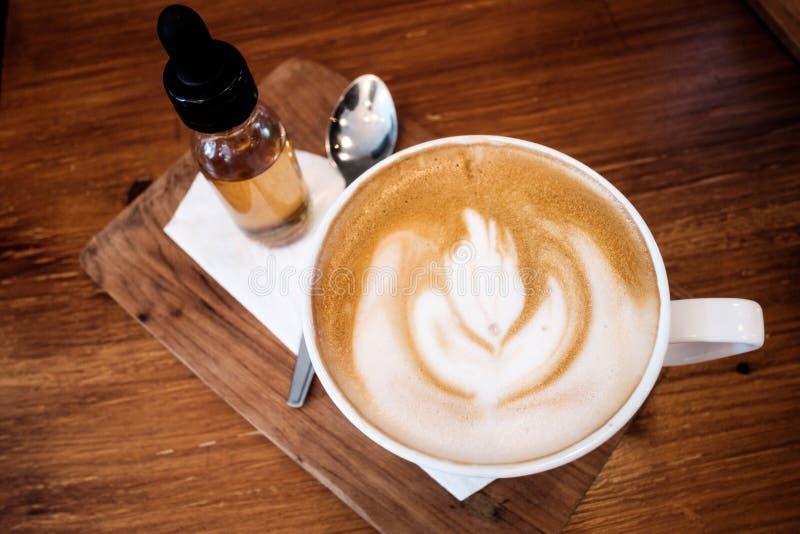Een kop van Koffie verfraait door mooi Latte-art. royalty-vrije stock foto's