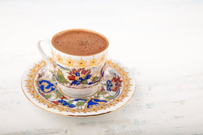 Een kop van Turkse koffie op een houten achtergrond stock foto