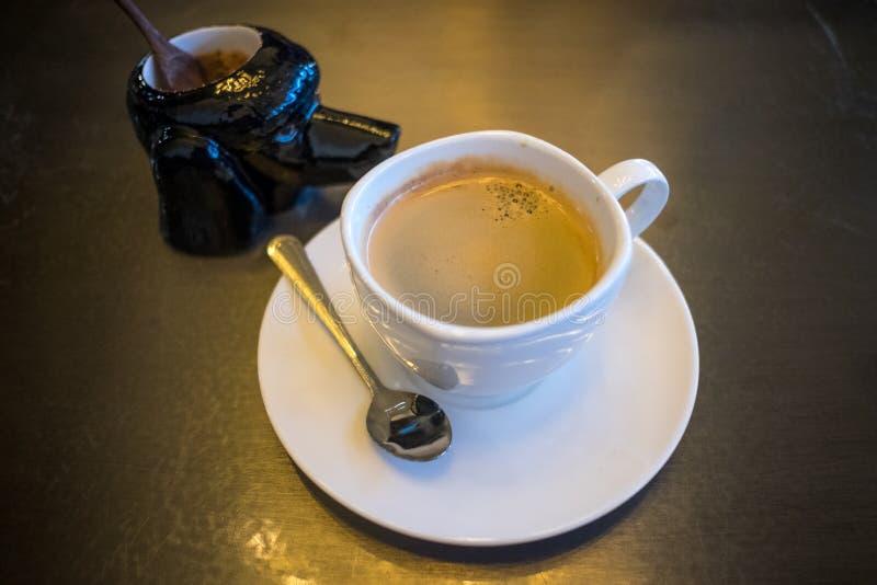 Een kop van zwarte koffie met suikerkruik stock foto's