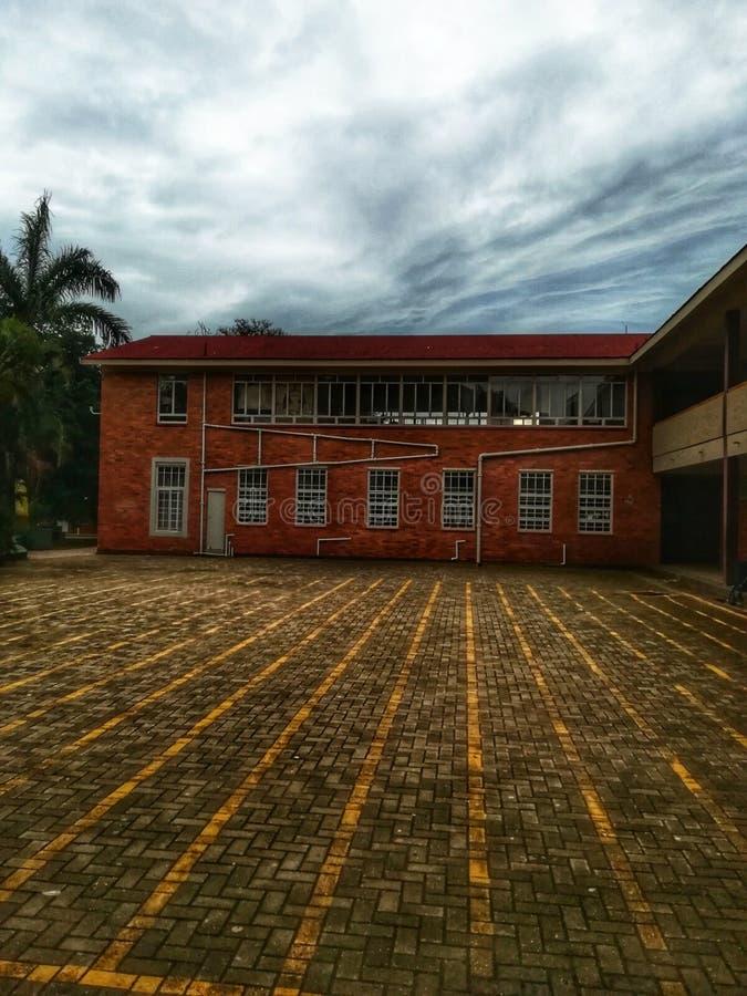 Een korrelig schoolgebouw stock afbeelding