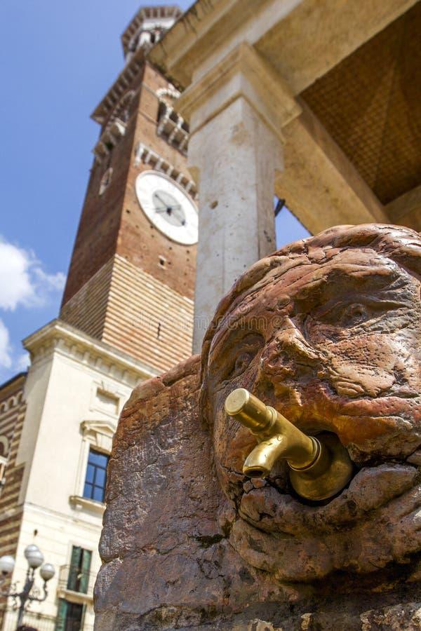 Een kraan van een antieke middeleeuwse het drinken fontein in de straat van Verona, Italië royalty-vrije stock fotografie