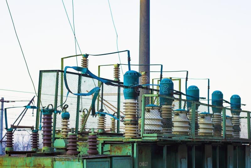 Een krachtige krachtcentrale verstrekt elektriciteit aan de spoorweg, elektrotransformatoren, elektrische transmissielijnen stock foto's